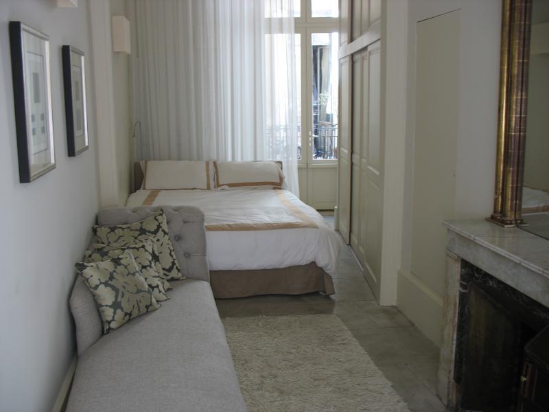 Grote slaapkamer met zeer comfortabele Queen bed en chaise lounge voor haard