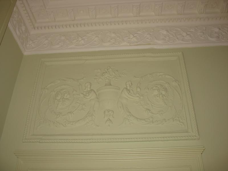 pleisterwerk cartouche boven de deuropening