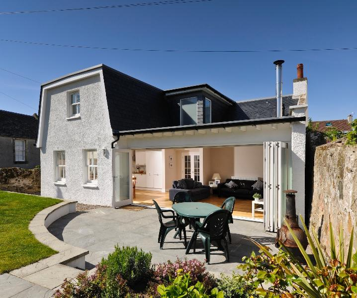 Elie Cottage - Open plan sunlounge opening onto private garden by the beach