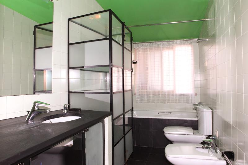 Salle de bains complète (baignoire, douche, lavabo, wc, bidet, grand miroir, sèche cheveux, trousse de premiers soins)