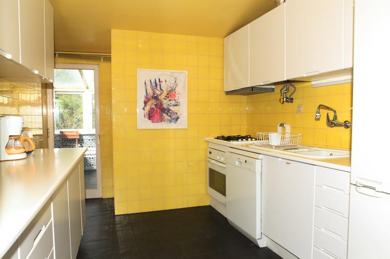 Cuisine avec réfrigérateur congélateur, micro-ondes, lave-vaisselle, four, grille-pain, mixeur, machine à café filtre...
