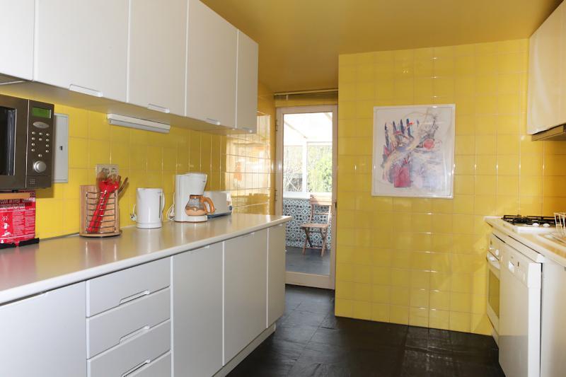 Entièrement équipée cuisine, comprenant tous les ustensiles de cuisine nécessaires, vaisselle et couverts