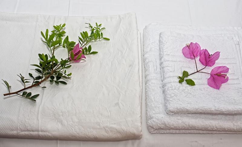 White bed linen and fresh towels (body, hair & face) - washed in 90° for max hygiene