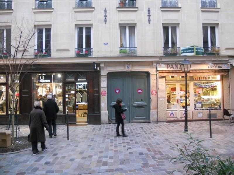 your apartment is on the first floor of this haussmanian style buiding on 26 rue des rosiers