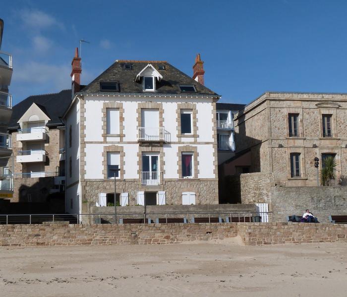 Vue de la location en Rez de plage (2 fenètres ouvertes à gauche)Accès direct plage par portillon