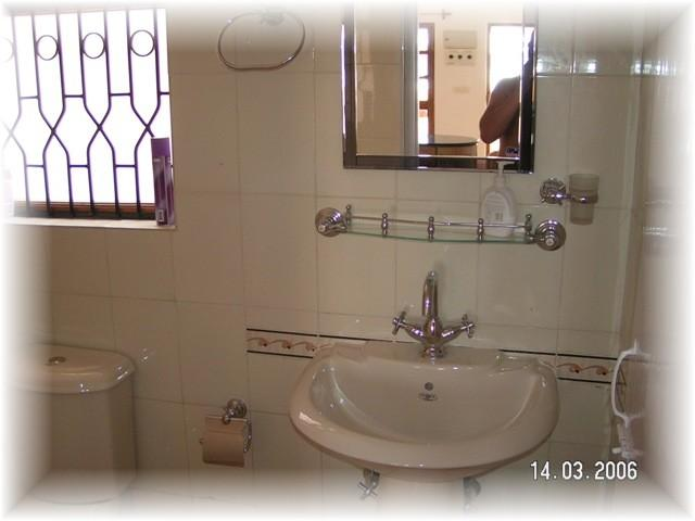 3bathrooms/fully tiled wet-rooms with hot water