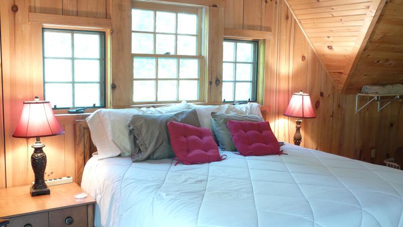 Gezellige, boven slaapkamer met veel van windows.
