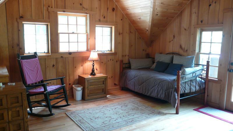 De gezellige dag bed boven is een grote ruimte voor slapen of lezen van een goed boek.