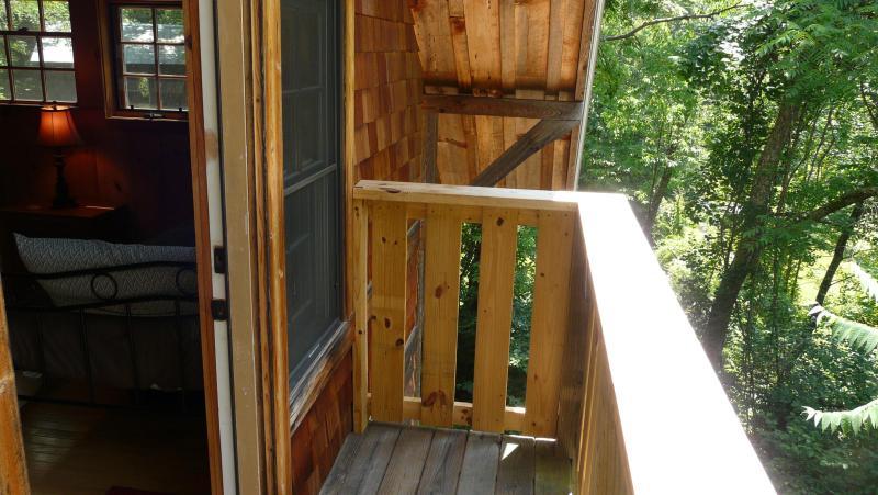 Kijk uit het balkon - een perfecte plek voor een ochtend koffie op een lange ochtend.