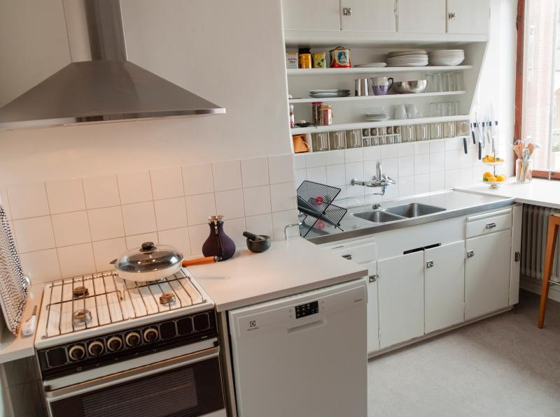 Fully equipped kitchen with a gas stove. Dinner table in the living room with seating for four +.
