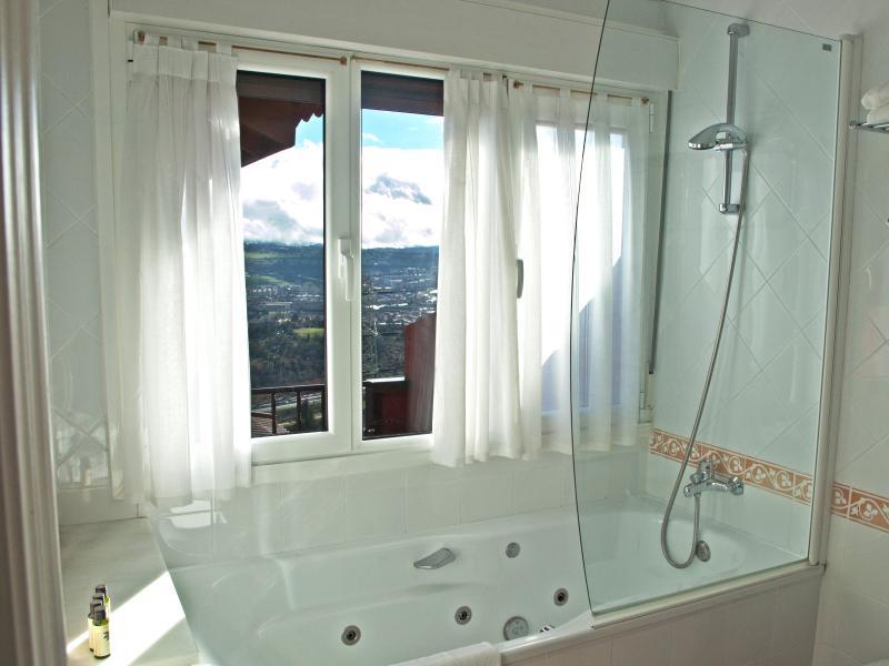 Baño con hidromasaje de la habitación Superior
