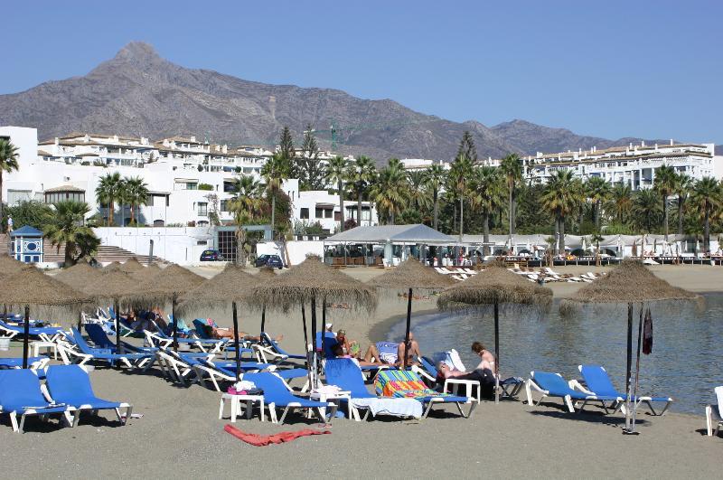 El famoso club de playa está en nuestra playa con entrada libre y acceso directo desde nuestra puerta de la playa