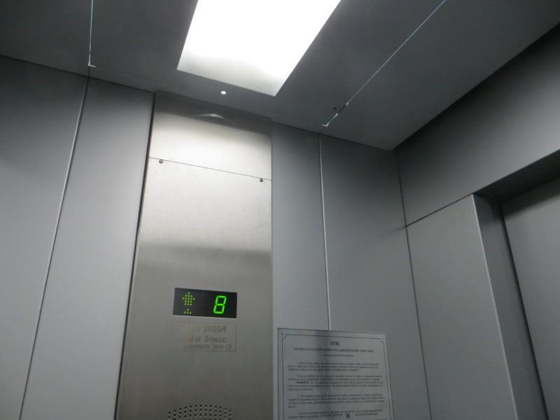 L'ascenseur est disponible, mais il n'y a aucun accès aux personnes handicapées, quelques escaliers avant de prendre l'elevato