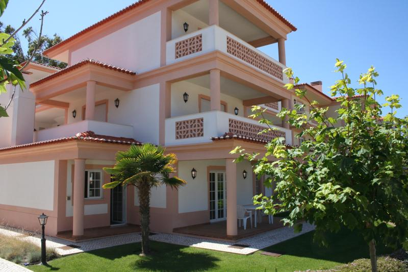 Luxury ground floor apartment with garden in Praia del Rey only from €600 a week, location de vacances à Caldas da Rainha