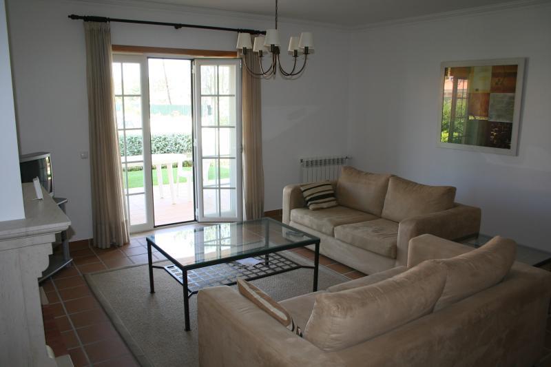 amplio salón con acceso directo al jardín