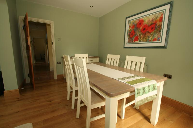 Seating for six in the cottage dining area