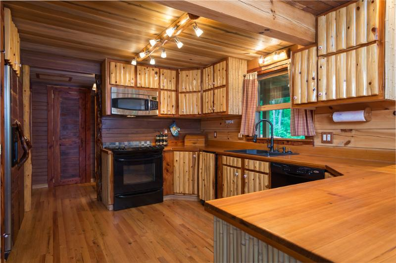 cozinha com máquina de café, torradeira, e utensílios de cozinha totalmente equipada.
