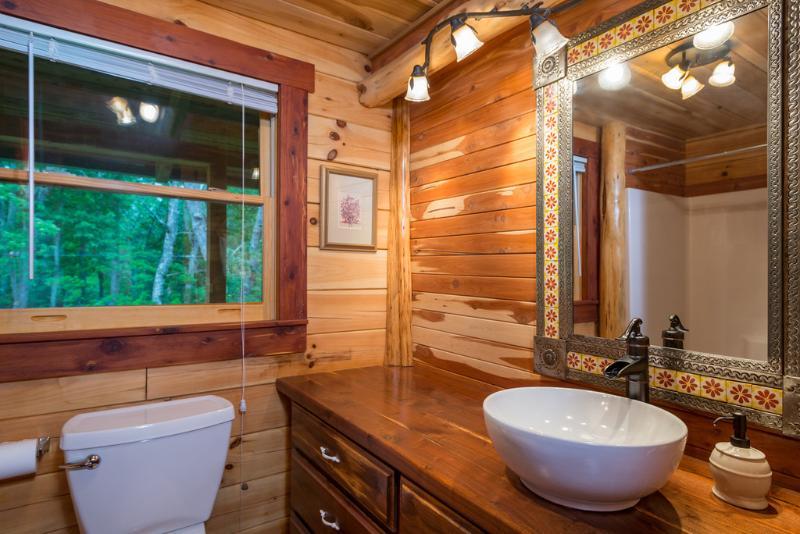 Padrão chuveiro / banheira em frente ao quarto piso principal com cama king size