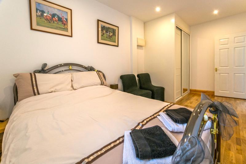 Downstairs bedroom 3, Kingsize bed