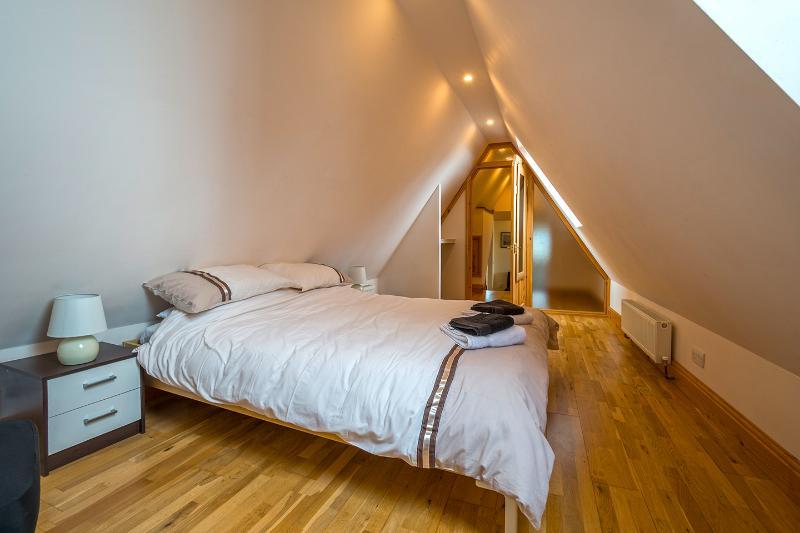 Upstairs bedroom 1, Kingsize bed, seaviews