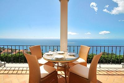 SUNNY TWO BEDROOM APARTMENT WITH FUNCHAL AND SEA VIEW