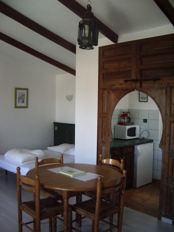 Very bright Studio / double bed / kitchen