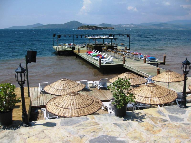 El muelle privado y la playa con vistas panorámicas