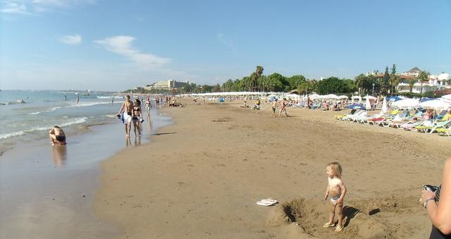 Águas rasas calmas e seguras praias arenosas estendem-se por milhas