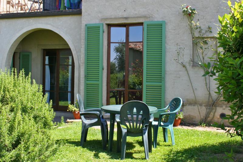 Podere il Pino 2 - Apartment with private garden and shared swimming pool, location de vacances à Bibbiano