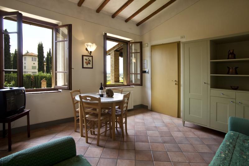Podere il Pino 5 - Apartment with private garden and shared swimming pool, location de vacances à Bibbiano