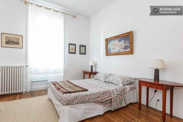 Paris nextdoor, 2BR charm in Clichy center, location de vacances à Hauts-de-Seine
