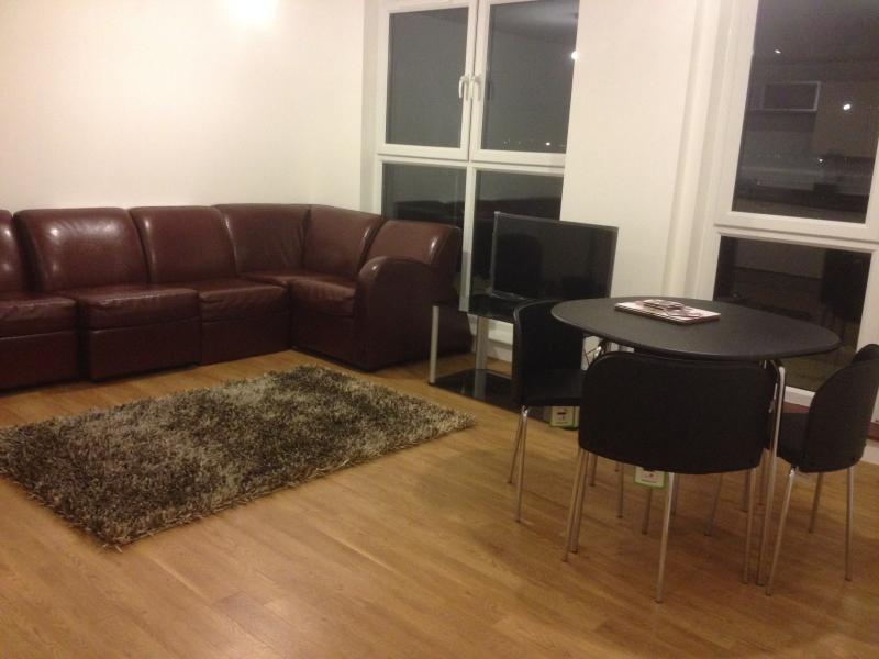 3 BED APARTMENT, BARKING, LONDON, location de vacances à Ilford