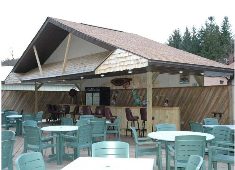 A pie de restaurante con asientos al aire libre y música en vivo los domingos por la tarde
