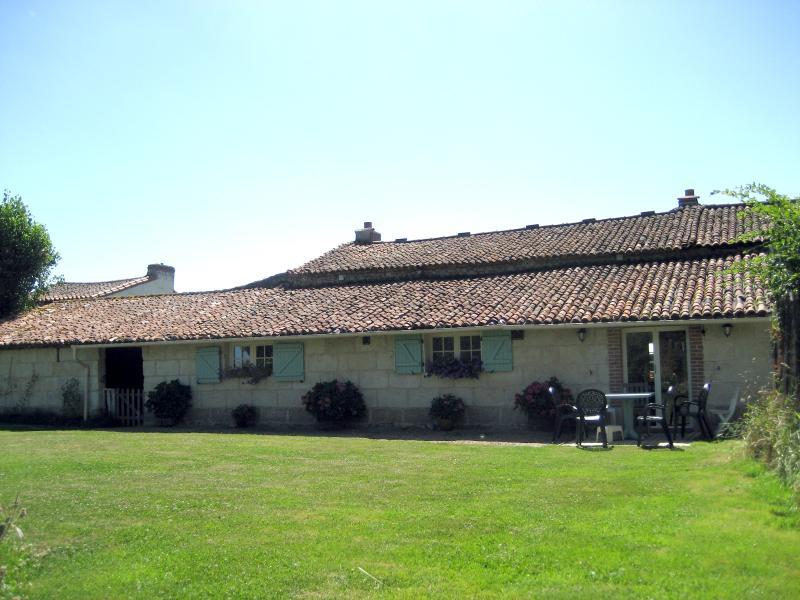 L'arrière de la ferme : cuisine et chambre en bas