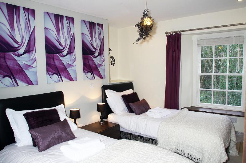 or Room 4 Twin with en-suite (shower)