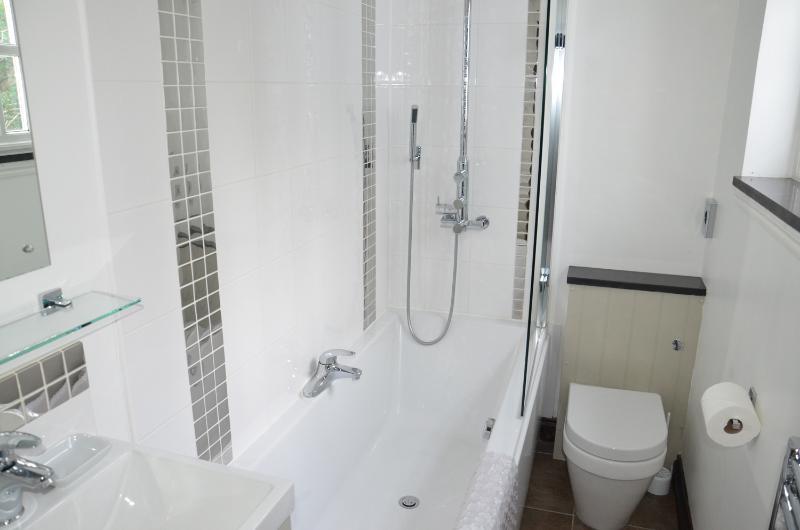 En-suite Bath / Shower (Room 5)