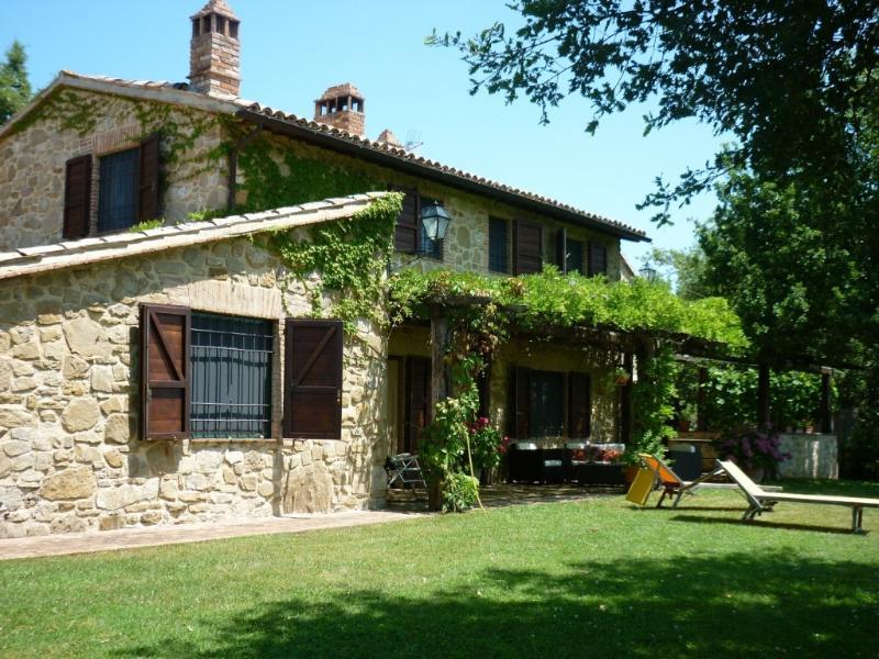 LA CERQUA farmhouse with pool, alquiler vacacional en Marcellano