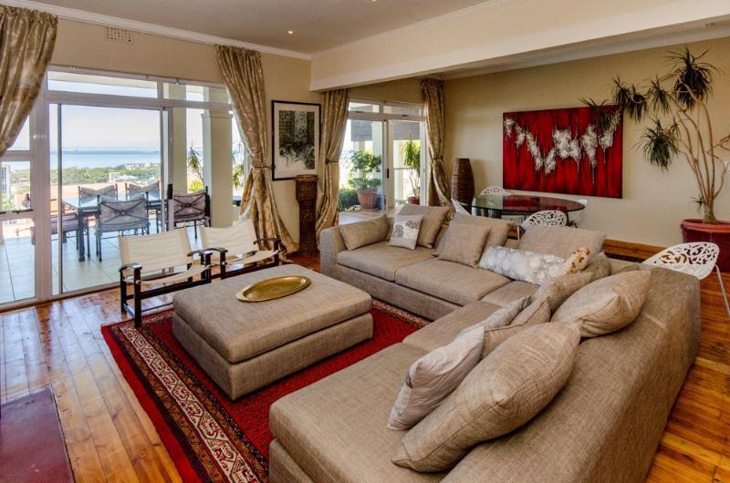 espaciosa sala de estar abierta, comedor y patio cubierto, ideal para entretener y cenar
