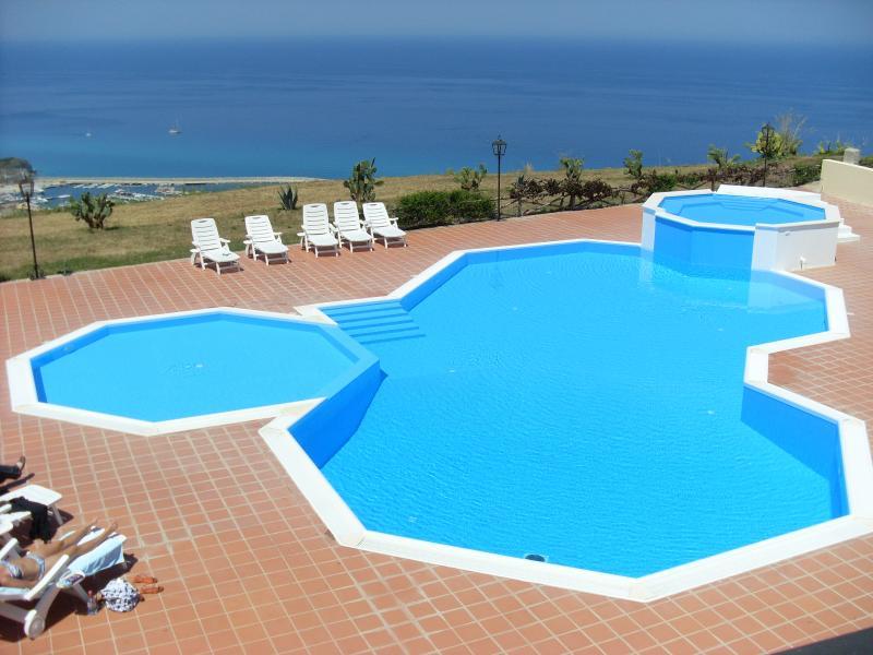 Área da piscina onde você tomar banhos de sol ou tomar uma bebida no bar
