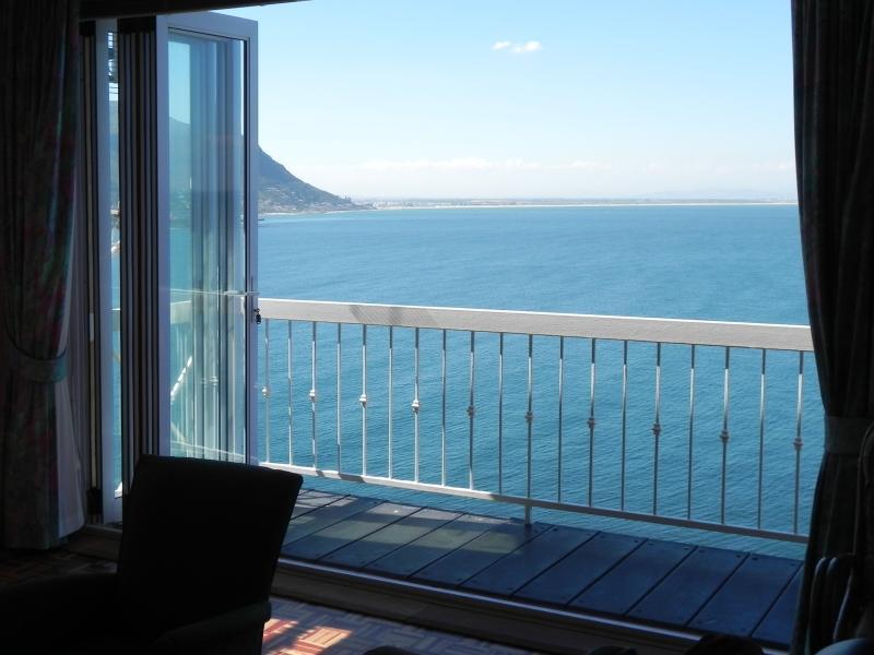 Vue du salon avec des fenêtres de balcon ouvert