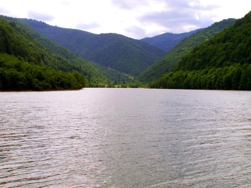 Lago de montaña en Gura Raului (Sibiu, Transilvania, Rumania)