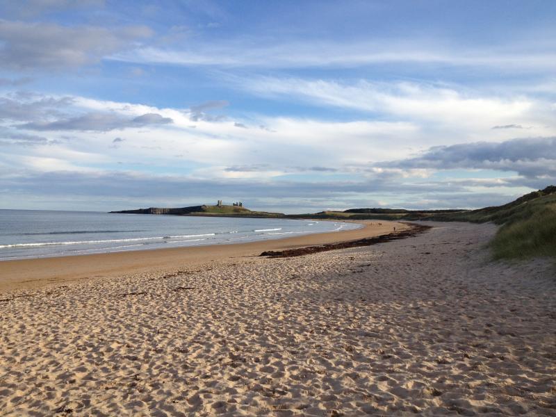 La vista mirando el sur de Bahía Embleton, con castillo de Dunstanburgh en el fondo.