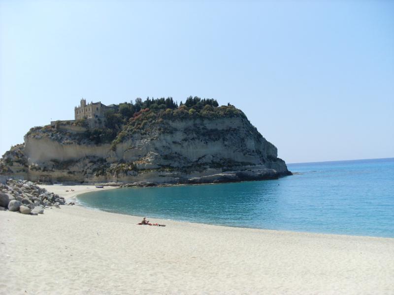 Santa Maria dell' isola um poleiro de convento nas rochas perto da principal praia de Tropea
