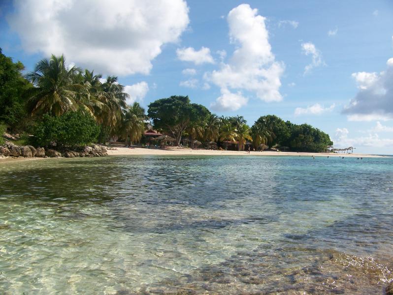 vue de la plage privative l anse des rochers