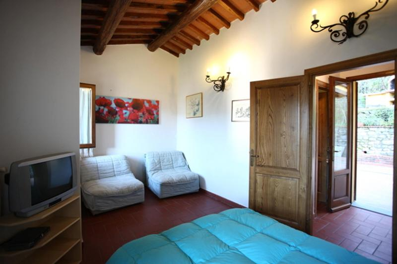 Quaint Tuscan farmhouse in Pescia, staffed property features private pool and jacuzzi, sleeps 3, vacation rental in Pescia