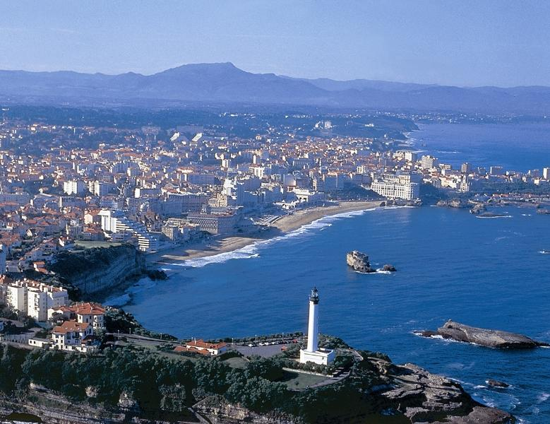 Le phare, la plage du Miramar et la Grande Plage de Biarritz.