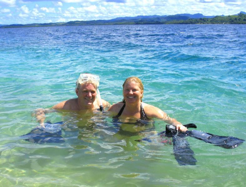 Bucear en las aguas cálidas clara de Fiji