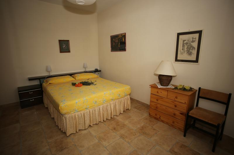Ampia camera matrimoniale dove è possibile mettere una culla per bambini o un lettino.