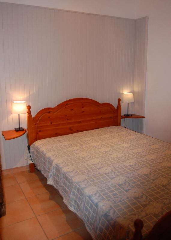 bedroom with 1 double bed and 1 single sofabed