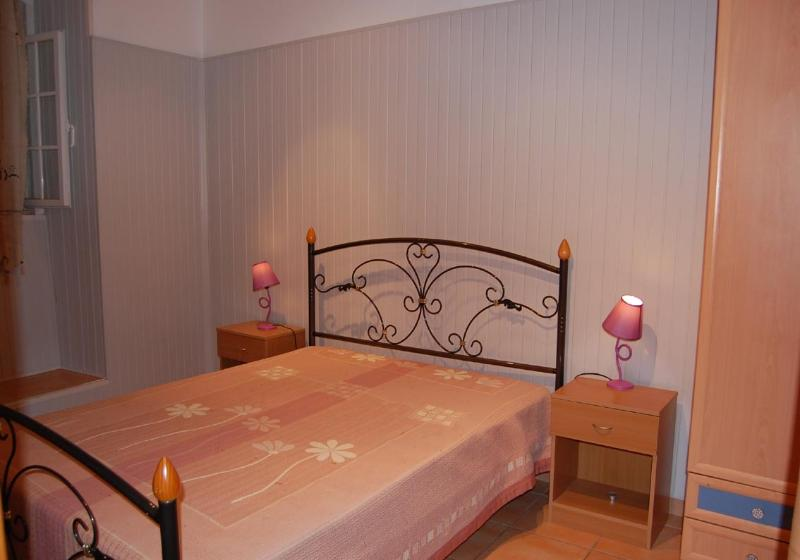 bedroom with 1 double bed